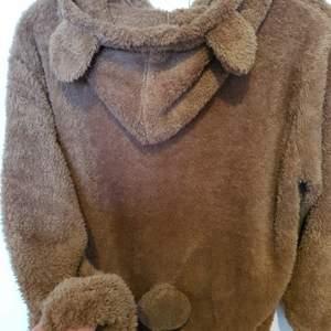 En gosig och varm teddy tröja med dragkedja, öron och söt svans^^ den skulle vara oversized men kom i typ storlek M.