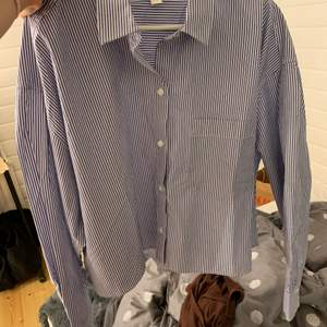 Helt ny skjorta från H&M. Den är lite croppad i modellen, har bara testat den, säljer då den inte passade☺️