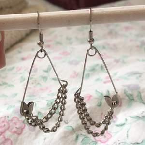 Jätte snygga örhängen jag gjort själv :) Inte äkta silver. Köparen står för frakten <3