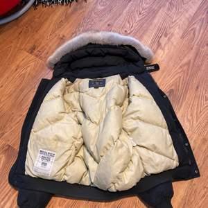 Äkta woolrich bomber jacka med päls, bra skick. Säljer för 2500kr, storlek M. Original pris 8000kr