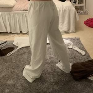 egen sydda byxor väldigt långa men går att klippa hur längden ska vara , köptes av en på Plick men kommer aldrig till användning !! Resår i midjan! Köparen står för frakt ,