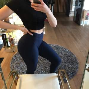 """Mörkblåa högmidjade träningstights med SUPER-stretch och """"textur tyg"""". Köpta i miami och gjorda med brasiliansk 4-way stretch. Nytt skick, använda ett par gånger. One size!"""