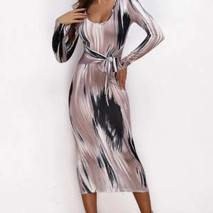 Säljer denna superfina klänning som är helt oanvänd! Ger din midja en jätte fin illusion!! Slutsåld överallt, säljer pga råkade beställa 2 stycken