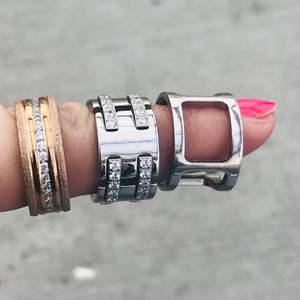 3 stycken skit snygga ringar från Edblad. Vill helst sälja dom ihop för en klumpsumma, annars om man vill köpa nån enstaka ring bara, så kostar dom mer per styck. Storlek på ringar... Rosé ringen storlek 18,5. Dom andra 2 ringarna är storlek 16,8.  Har du nån fråga så fråga på.