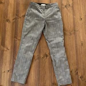 Byxor från H&M strlk 36. Jättesköna och stretchiga med smickrande form, rymliga fickor framtill och är knappt använda. Köparen står för frakt men kan mötas upp i Stockholmsområdet!