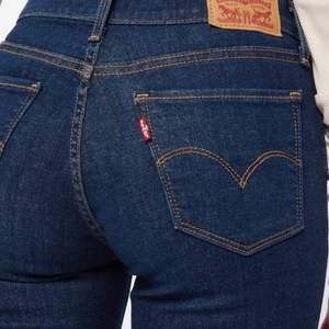 Säljer Levis i storlek 25 i färgen mörkblå. Jeansen är i stretch material och kostar 800 kronor nypris. Jag säljer dem för att de har blivit för små. (De två första bilderna är ej mina)