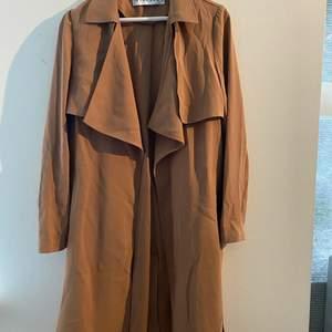 Säljer min fina kappa från ivyrevel, är osäker på storlek men den passar en S💕 använd fåtal gånger och därför i väldigt bra skick💕