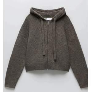 Världens finaste Zara kofta som är super trendig just nu!! Budgivning börjar på 300kr💥💅👄 passar från xs-m❤️