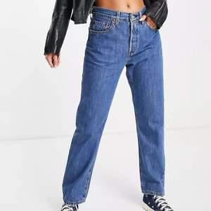 Säljer mina sparsamt använda levis 501 cropped jeans. Jeansen är i nyskick och i stl w25 och l28. Köpta på levis butiken. Vid intresse kan jag skicka fler bilder.