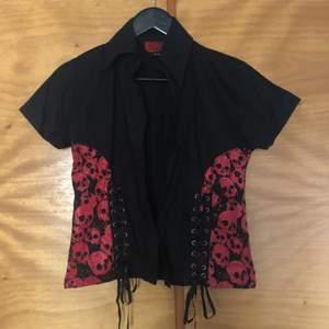 crop skjorta med snörning och döskallar på, endast använd en gång! lappen säger M men skulle säga att den passar S bättre