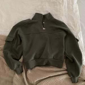 Super fin cargo-tröja i fin grön färg! Storlek S😍