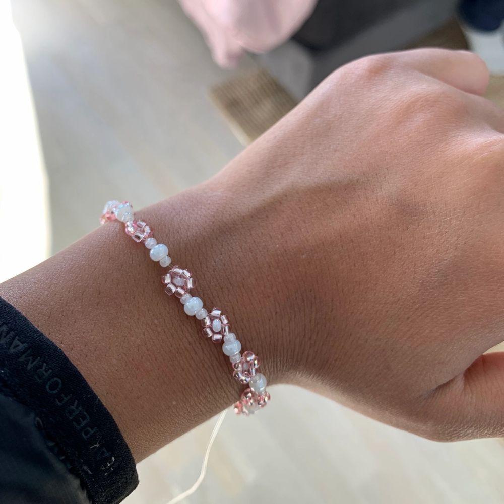 Säljer detta fina armband med rosa och vita färger!!💕💕💕 stenarna är alla från bra märke o kvalite💕💕💖💖 inte använd. Frakt ligger på 12kr, finns även matchande ring till om någon skulle vara intresserad💕☀️💖 helt perfekta till våren och sommaren med fina blommor🌸🌸🌸 hör av er vid frågor såklart!!!💕🤩🤩 passar mig som är Xs/S! Hör av er vid behov av andra STORLEKAR. Accessoarer.