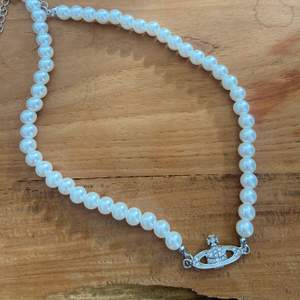 Så fint halsband! Är inte säker på äkthet då jag köpte det här på Plick! Går att justera baktill💕