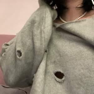 Tvär clean grå Kashmir tröja med hål på vänstra sidan och vid armen samt vid hanldleden, sitter tvär skönt o mjukt, ser dunder ut
