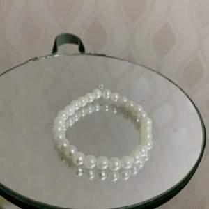Säljer den här super söta pärl armbandet🥰. Det kostar 30 kr. Det är många som vill köpa så först till kvarn. 💜