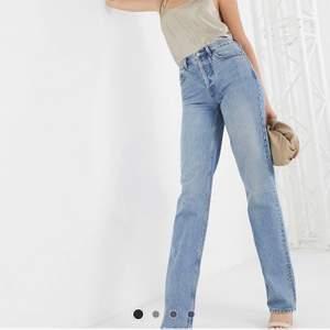 Säljer mina knappt använda blåa raka jeans från ASOS storkek 26x36 vilket motsvarar S så det sitter perfekt på de över 175 cm!❤️vid intresse kan jag självklart skicka fler bilder. Pris+ frakt! Det är normala i storleken