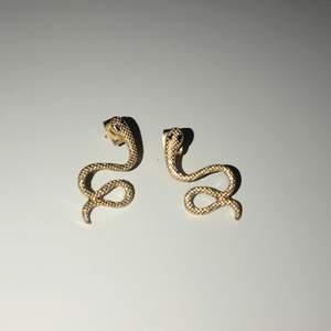 Säljer ett par jättefina guldiga orm örhängen som aldrig har kommit till användning. Köp för 50kr! Köparen står för frakten 💘