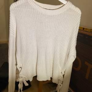 Vit stickad tröja som är knytning på sidorna, passar alla mellan XS-M❤️💕💕