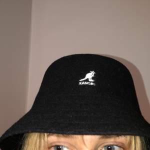 Kangol buckethat i väldigt bra skick. Materielet är i ull vilket gör de möjligt att använda året runt. Den kantiga modellen. Budgivning i kommentarsfältet, startpris 400kr. Inköpt för 650kr.