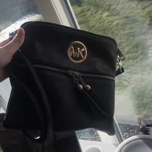 Fake MK väska men den är väldigt fin och välgjord. Dragkedjorna funkar toppen. Säljer den eftersom den inte kommer till användning. Frakt 59kr.