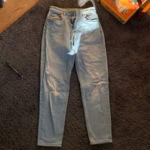 Jeans med hål på knäna tyvärr för små för mig, alla mina plagg blir billigare ju mer du köper kolla priserna i min bio💛
