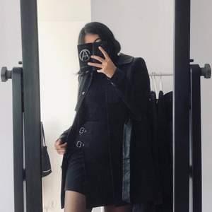 Tvingas nu sälja min favoritkjol pga att den numera är för liten :( Älskar verkligen den! Stretchigt fint tyg och dragkedja i ryggen. I bra skick! Storlek XS. 99kr inkl frakt.