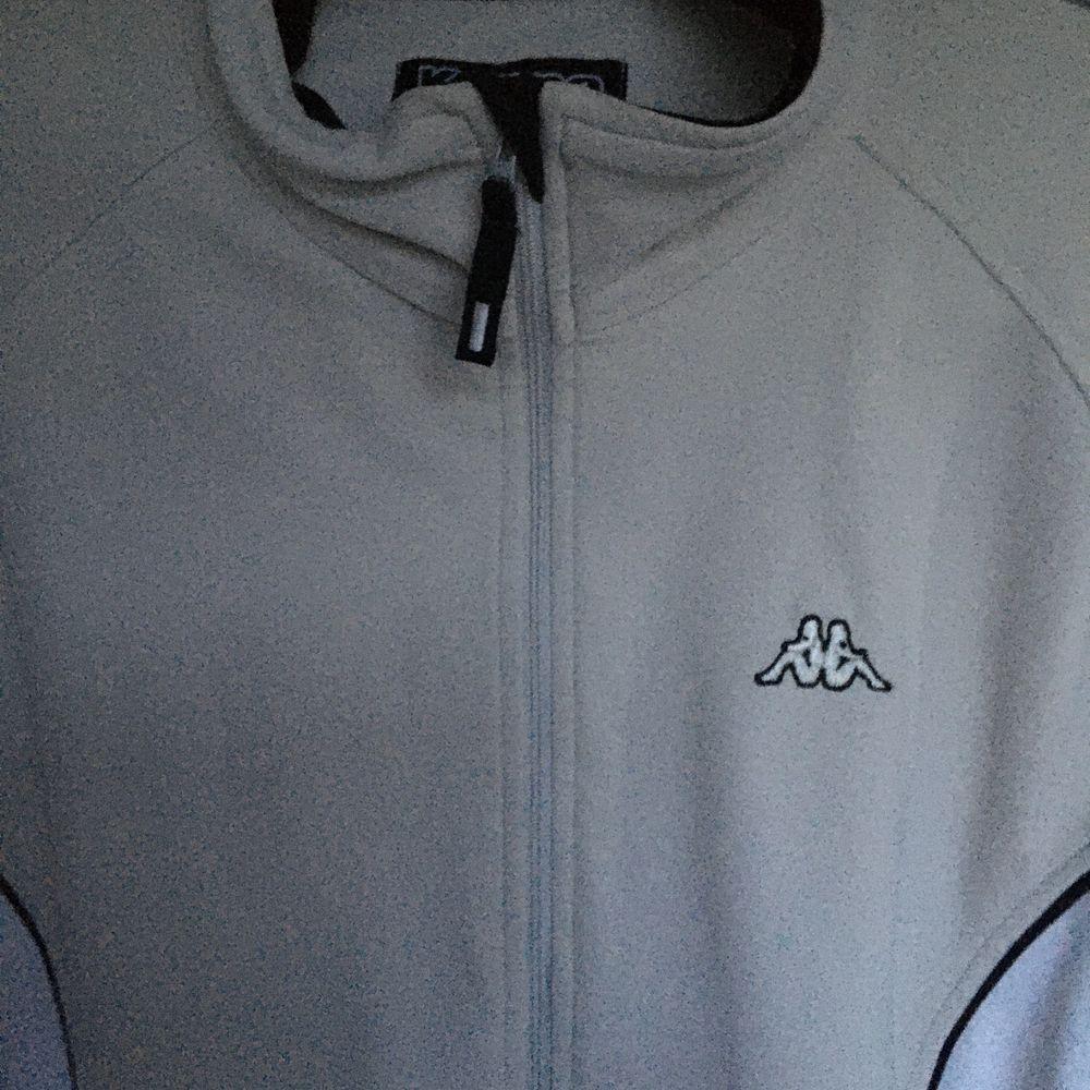En fin kappa zip tröja. Kom privat om du vill ha fler bilder på tröjan! Men den ger en nice oversize form! Frakt står köpare för! BUD: 160kr. Huvtröjor & Träningströjor.