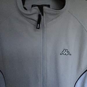 En fin kappa zip tröja. Kom privat om du vill ha fler bilder på tröjan! Men den ger en nice oversize form! Frakt står köpare för! BUD: 160kr
