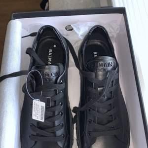 Helt nya och fräscha Balmain skor. Köpta från MyTheresa.com           Säljes pga för stor storlek och det inte går att returnera! Säljer dessa för 5000kr. Storlek 41, ganska stor i storleken och skulle definitivt passa en 42.