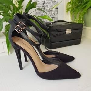 Sexiga svarta klackar från New Look! Sitter så fint på foten och remmarna ger den lilla extra detaljen! Rätt höga och stupande, så rekommenderar till någon som e van vid o gå i klackar! Använda knappt en handfull gånger så i fint skick!