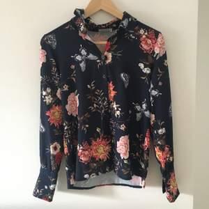 Jättefin blommig skjorta i storlek Xs pris 50kr