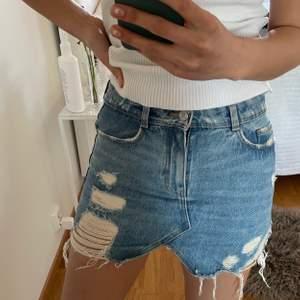 Super söt jeans kjol med slitningar. 3 för 2 på allt jag säljer💓😊😊