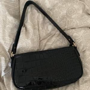 En svart trendig väska från SHEIN, säljer pga för många väskor💗