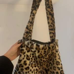 trendig yk2 fluffy tote bag med cheetahprint, låndade bilder!! Skriv för egna bilder🤎🤎 högsta bud 130kr!