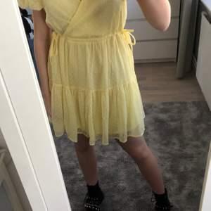 Säljer min supersöta gula klänning från Nelly som jag använde en gång på min skolavslutning! Snyggt med kängor till på sommaren💕