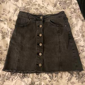 Grå/svart jeans kjol från ginatricot.