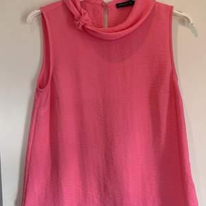 Säljer mitt fina linne från stockhlm i en superfin rosa färg. Den är knappt använd. Säljes pga för liten för mig. Storlek 34 men passar 36.