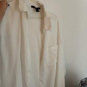 Fin vit skjorta i linneliknande material som knappt är använd. Köpte i usa förra året på Forever 21. Nypris 200kr💗💗köparen står för frakten på 48kr