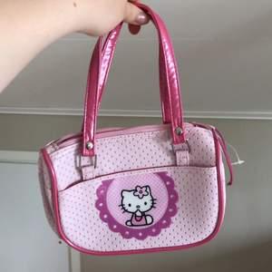 liten söt rosa väska i plast med hello kitty, gott om plats för mobil och nycklar (:
