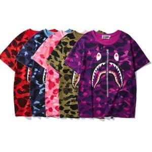 Flera Bape t-shirts i olika färger(se bild 1). Alla tröjor är helt nya och dem kommer med Tags och en bape påse. Det är AAA kopior som är av extremt bra kvalite så man varken ser eller känner någon skillnad på den och en äkta. Har storlekar mellan XXS-XXXL. Frakten ingår och vi har kontakt via Pm under hela processen.