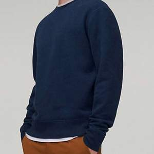 Levi's Made & Crafted Relaxed Crew Neck Sweatshirt Olympus Blue Nypris 899 kr. New without tags. Sweatshirt från Levi's Made & Crafted. En bekväm och avslappnad sweatshirt med mjukt ruggad insida samt en tygpatch med varumärkets logotyp nedtill. • Tillverkad i bomull och polyester. Passform • Normal i storleken, vi rekommenderar att du väljer din vanliga storlek. Our style has defined generations — and it doesn't get much more classic than this Made & Crafted® Relaxed Crewneck Sweatshirt. It's made heathered brushback fleece that adds texture to its deep navy shade — and is also ultra-comfortable. A relaxed crewneck sweater in a textured navy shade Brushed fleece interior for a super soft-to-the-touch feel. V-stitching at the neckline. Ribbed cuffs and hem. Dropped shoulders. Hand washed then line dried, NOT machine dried. Gently used excellent used condition. No holes, fading, loose stitching, tears, rips, stains, snags. Smoke and pet free storage space. No other flaws to note. Happy to bundle. Will gladly take more pics. Disclaimer: Please expect some general wear in all secondhand pre-owned items as they have lived a previous life, so do not expect a mint item. **TRACKED SHIPPING VIA POSTNORD**
