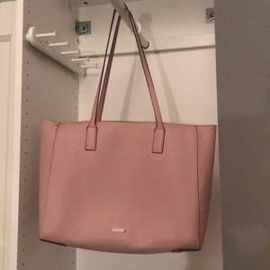 Worn a few times, cleaned but with some scratches on the aldo plate on one side of the bag. (pay via swish, free shipping). I'll send you the bag within 3 days after buying it.
