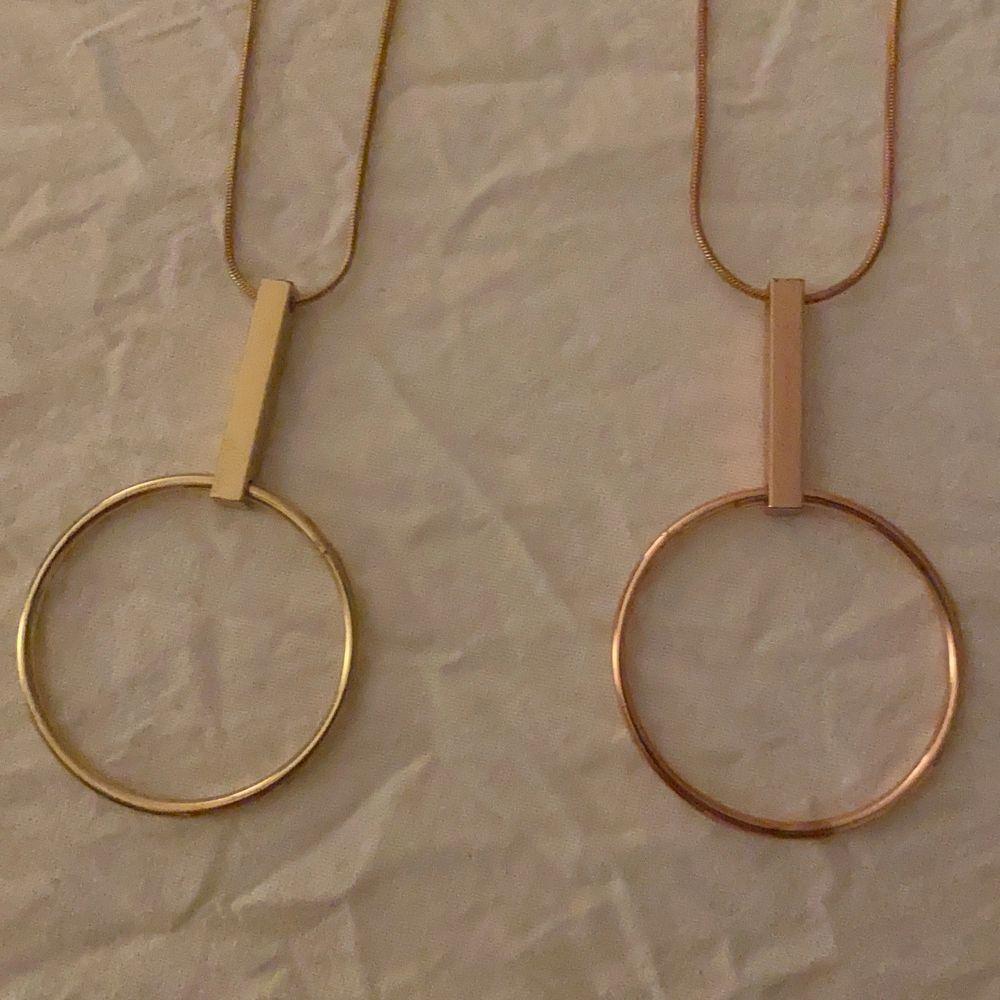 2 halsband från Efva Attling. 1 är i Guld och 1 är i rosé! De är köpta var för sig (ett kostar ordinarie pris 499) men jag säljer de tillsammans för 250kr elle styck 150kr!Om man har på sig dem så slutar de en bit över naveln (på mig och jag är 157)💕 Hör av er vid intresse😊. Övrigt.