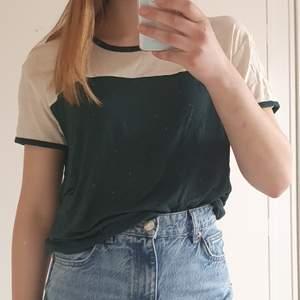 En t-shirt från Weekday, i mycket bra skick! Materialet är superstretchigt och ganska tunt. Storlek small.