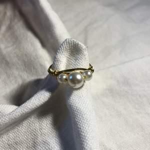 En hemmagjord ring med två små vita pärlor och en stor pärla. Passar till mycket. 70kr med frakt!🚚