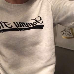 Säljer denna super fina sweatshirten från Tommy Hilfiger. Pris kan diskuteras. Äkta såklart💕frakten ingår i priset