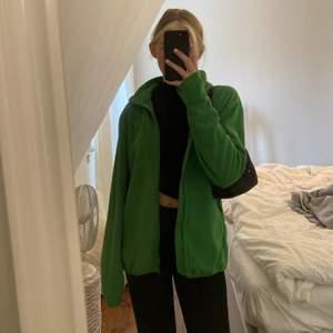 super fin grön fleece super bra skick och inga defekter alls! står att det är storlek XS men den är over sized (jag är en XS)💚💚💚💚💚