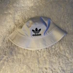 """En adidas """"hatt"""" i nyskick! Nypris: 399, köp den för 295 med frakten inräknad!"""
