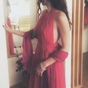 Evemangs klänning med öppen rygg, mörk rosa färg.  Når ner till anklarna.  Använd endast 1 gång.                                Pris + frakt vid leverans
