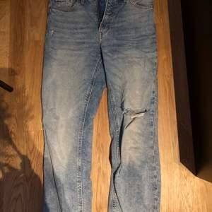 Hm mom jeans, köpa förra sommaren i butik. Använda 2-3 gånger. Säljer pågrund av att de blivit för små. Strl 38